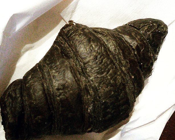 mozzarella al carbone vegetale croissant nero