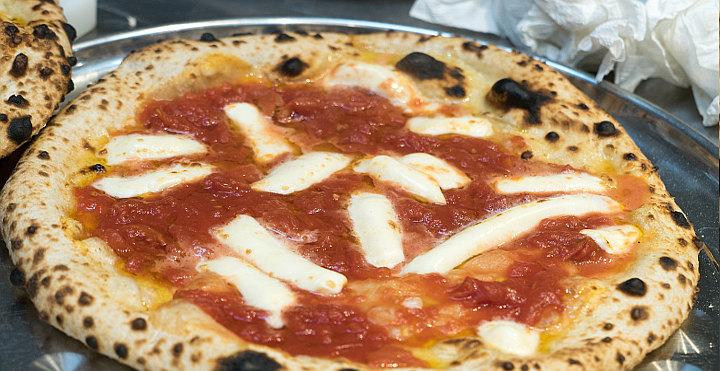 Pizza con il solo lievito madre