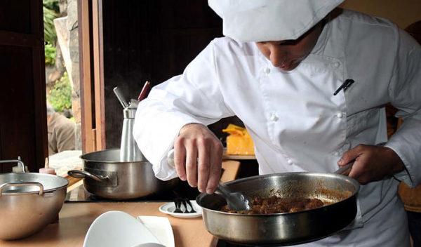 cooking show cui prodest cuoco con padelle e fornelli