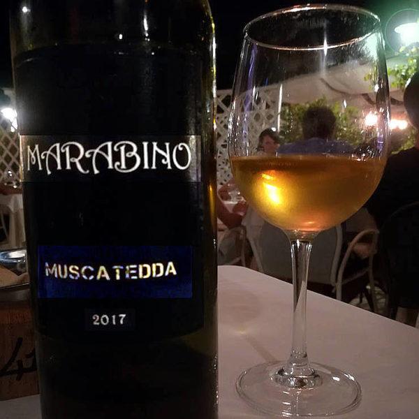 Muscatedda Marabino 2017 calice e bottiglia fronte