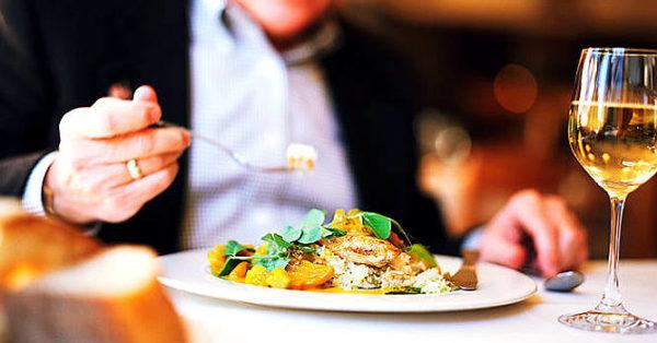 a proposito di critica gastronomica critico che mangia a tavola