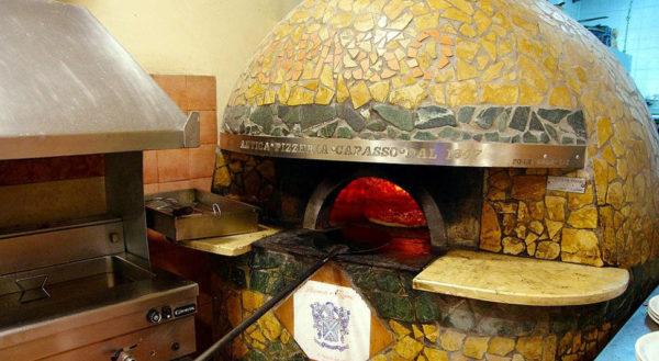 Pizzeria Capasso a Porta San Gennaro primo piano del forno