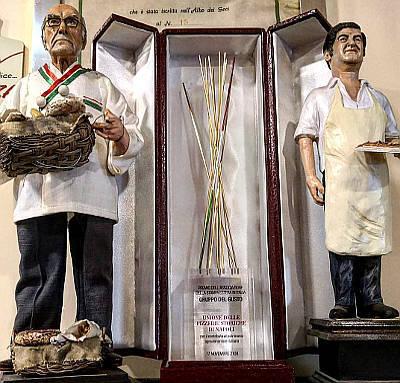 pizzeria capasso a porta San gennaro napoli statuine dei proprietari