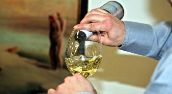 ridiscutere seriamente i canoni con cui si giudica un vino servendo in calice