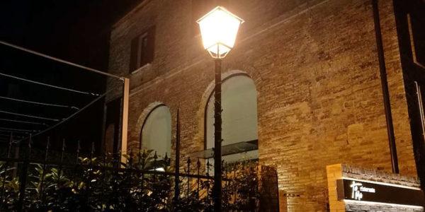 Ristorante tamo a spoltore ingresso in notturna e lampione