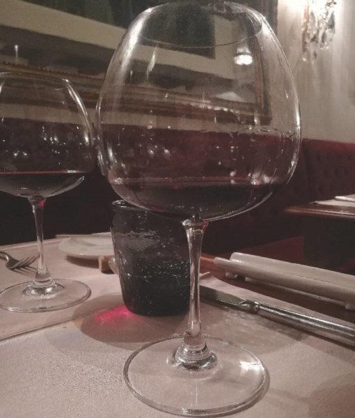 Serra del prete 2012 Musto Carmelitano coppia di calici a tavola