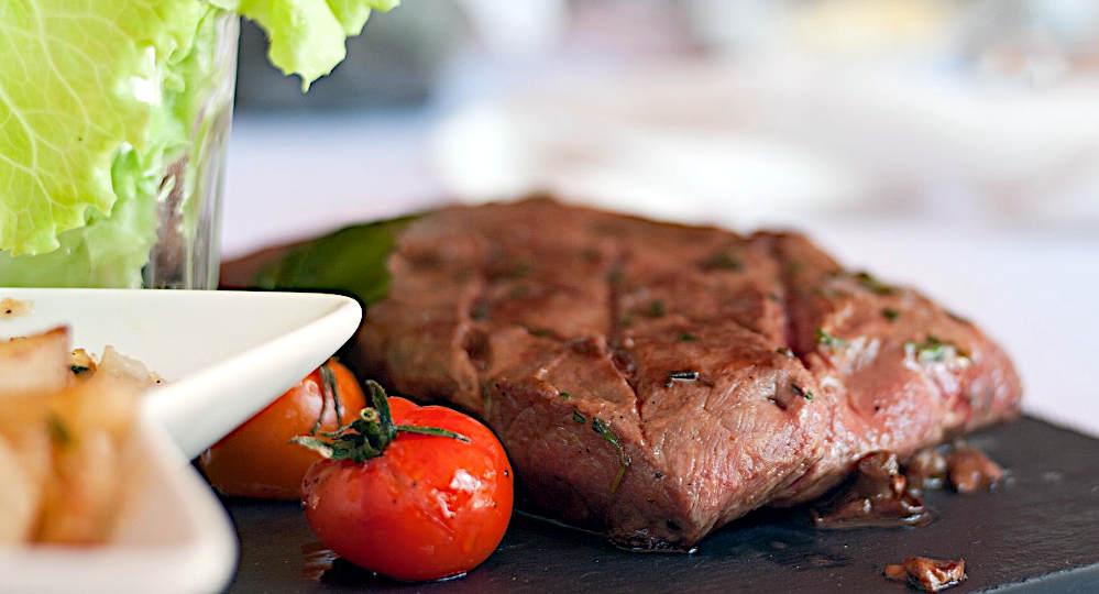 la tagliata è la tagliata carne pomodorini insalata