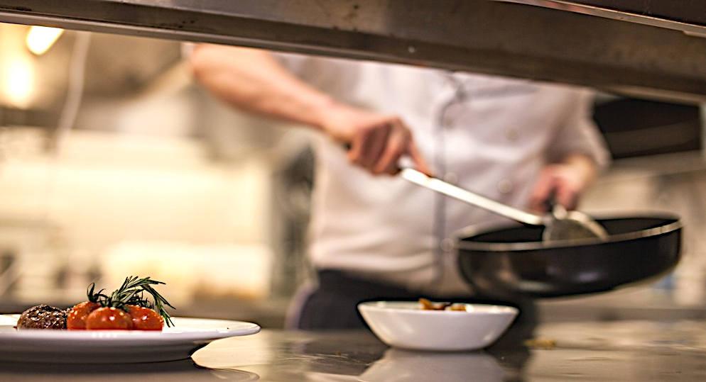 cuochetti spadellanti guarnizione del piatto nei dettagli