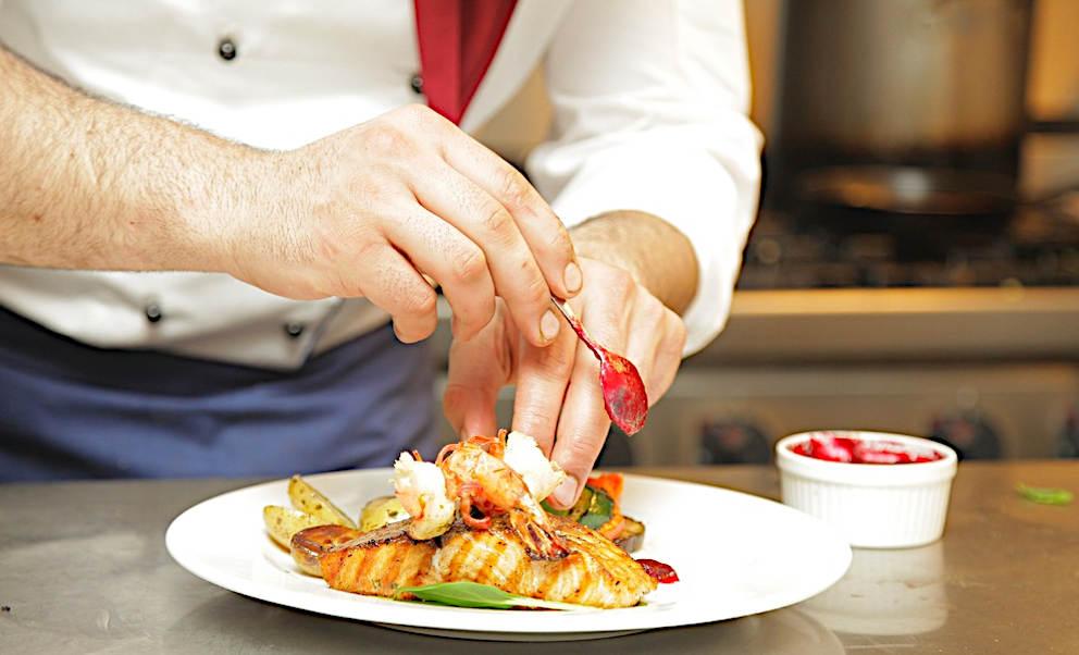 cuochetti spadellanti guarnizione di un piatto con salsina