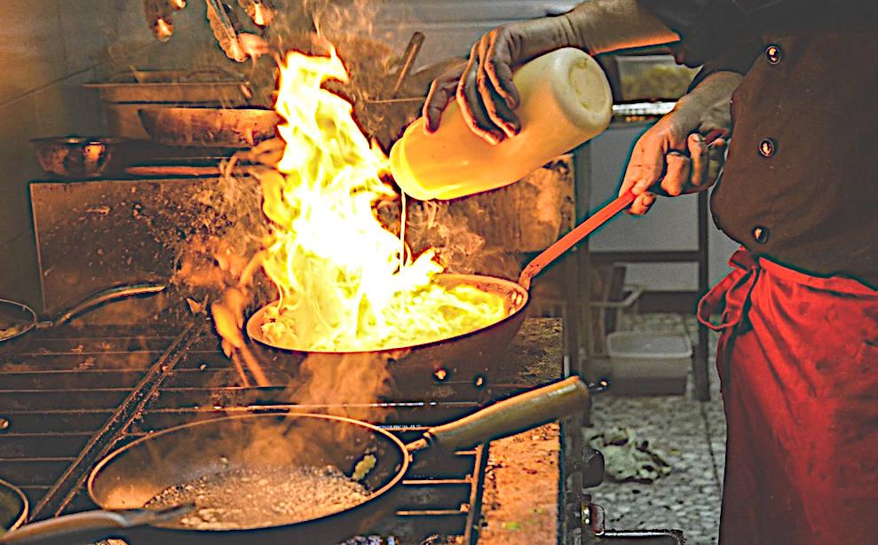 cuochetti spadellanti passaggio flambé in padella della pietanza