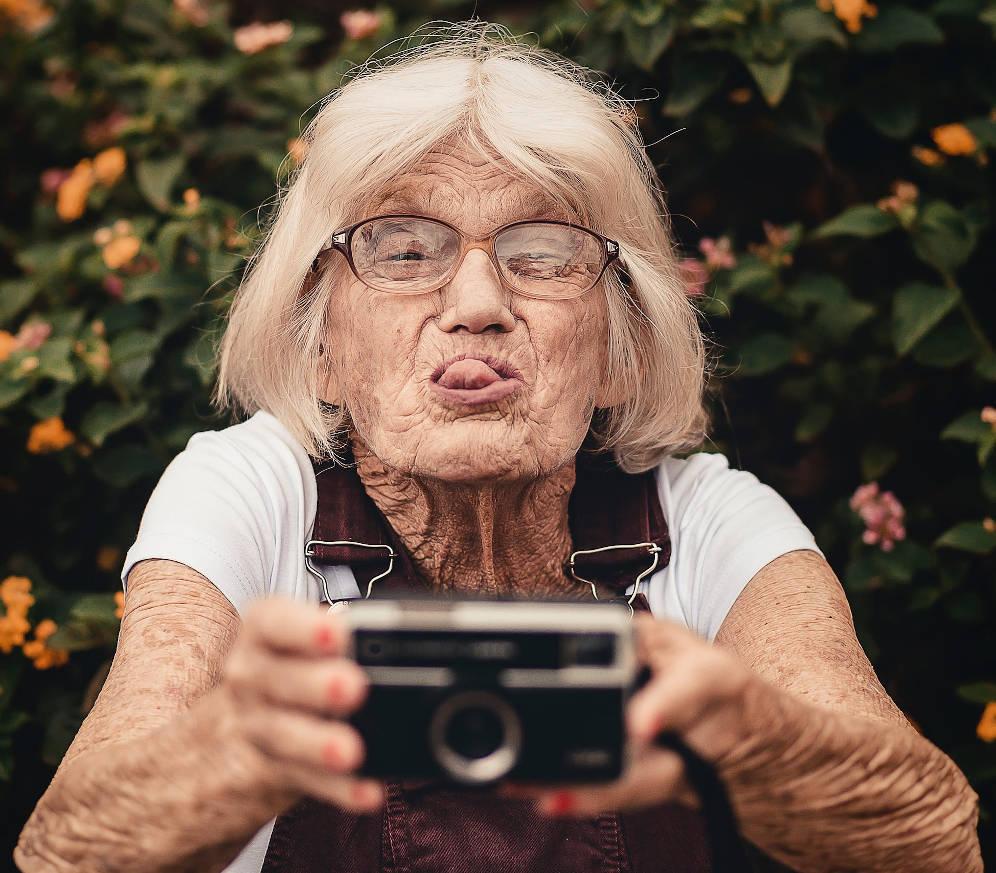tavolate di uomini e donne rigidamente separate selfie