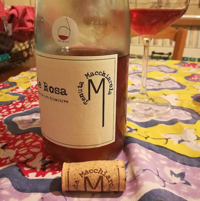 Sole rosa tenuta macchiarola primo piano logo su bottiglia