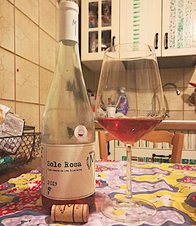 Sole rosa tenuta macchiarola rosato da uve primitivo calice e bottiglia