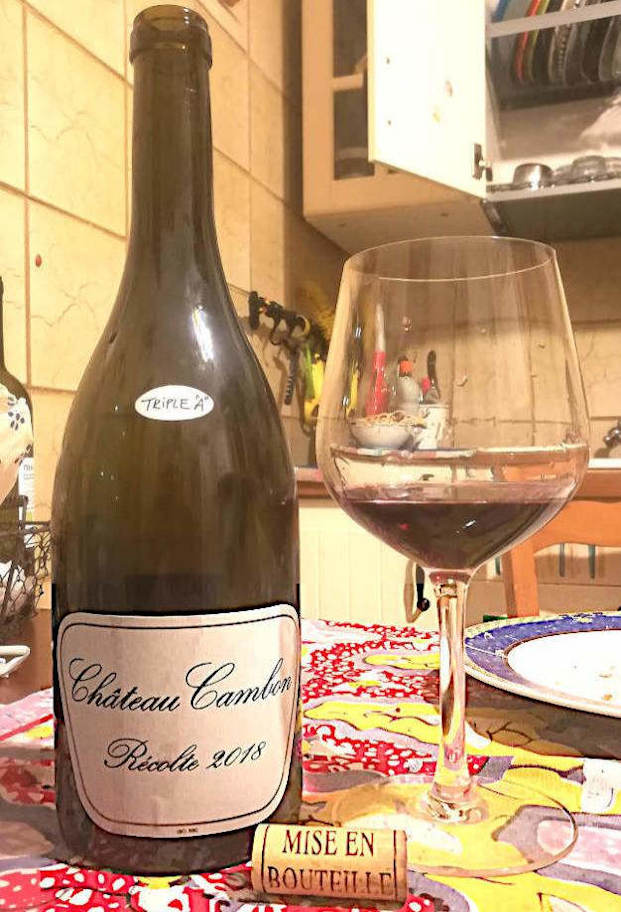 Beaujolais Chateau Cambon 2018 bottiglia e calice in primo piano