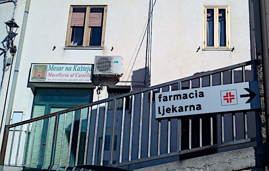 Kuhamo Na Našo Montemitro insegna farmacia e macelleria
