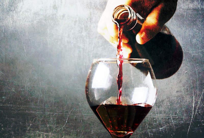 Non tutti i vini naturali sono per forza buoni mano che versa il vino